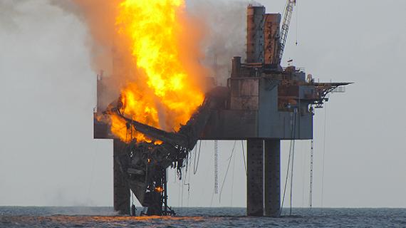 Explosión en plataforma petrolera.